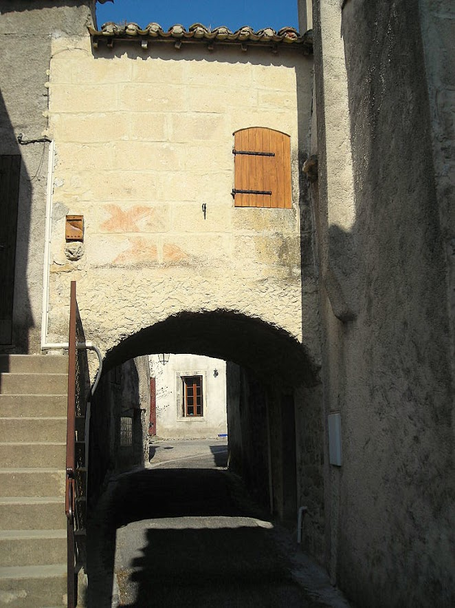 St-Hilaire-de-Beauvoir : la rue du Porche (1). - Vers l'église, le porche (maisons Cossu et Angéli)